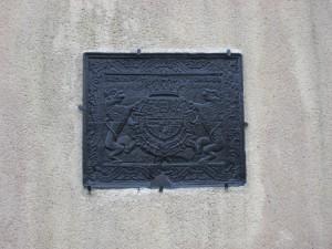 Figure 2. Voici un autre exemple des armes de l'Espagne, mais à une époque plus tard. Certains éléments comme la tour de Castille, le lion de Léon et les armoiries d'Aragon-Sicile sont bien visible dans la partie supérieur de l'écu. Cette taque se trouve sur le mur extérieur du château de Rettel (F).