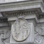 das königlich britische Wappen ist noch da