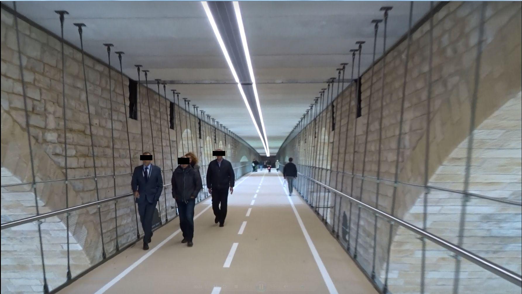 Die neue Fahrradhängebrücke unter dem Pont Adolphe