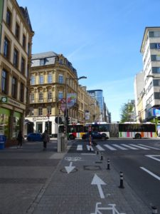 Der neue Fahrradweg in der Avenue de la Gare. Im Hintergrund ein Bus quert die Kreuzung