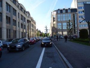 Ein Auto parkt auf dem Radstreifen in der Zithastrasse