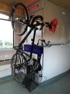 Mein Fahrrad aufgehangen im Zug