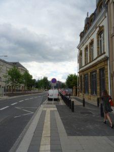 Strasse, Bushaltestelle, Parkplatz, Pöller, eine Fussgängerin vor der Britischen Botschaft in Luxemburg