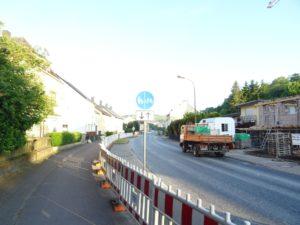 Die Strasse im Umbau, mit einem Lastwagen drauf. Im Vordergrund: der Bauzaum.