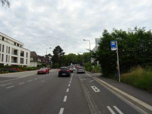 Bushaltestelle in der Rue des Aubépines, Autos fahrend und geparkt