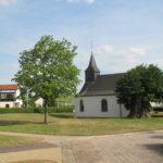 Die Küntziger Kapelle zwischen zwei Bäumen