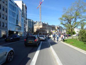 Wartende Autos stellen den Fahrradstreifen zu