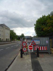 Wiedersprüchliche Strassenschilder versperren den einstigen Radweg