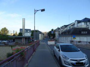 Ein geparktes Auto auf der Brücke, hinten die Strassenabsperrung