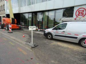 """Vélo à la main"" auf dem abgesperrtem Bürgersteig wo Fahrzeuge draufstehen"